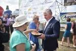 Marszałek Sławomir Sosnowski dzieli się chlebem z uczestnikami dożynek