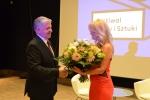 Wręczenie medalu pamiątkowego pani Grażynie Torbickiej przez marszałka województwa lubelskiego.