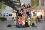 Zdjęcie grupowe, na którym znajdują się grupa dzieci i marszałek Sławomir Sosnowski
