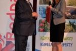 W imieniu marszałka województwa gratulacje dla inicjatora konferencji prof. Makosza składała Katarzyna Kremeś z Departamentu Rolnictwa i Środowiska UMWL (fot. Joanna Pawlak, UP w Lublinie)