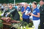Podczas festiwalu serwowano zarówno mięso świń, jak i ich leśnych kuzynów (© Agata Kamińska)