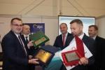 Pamiątkowe zdjęcie z organizatorami i samorządowcami zaproszonymi do współudziału w projekcie. Pierwszy w lewej: burmistrz Piask Michał Cholewa