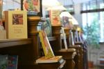 Książki na półce w bibliotece