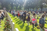 cmentarz w Oosterbeek -dzieci z okolicznych szkół składają kwiaty na grobie każdego żołnierza
