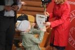 Zestaw upominków odbiera najmłodsza uczestniczka zawodów – pięcioletnia Magda Waśkowicz