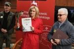 """Dyrektor Szałachwiej prezentuje trofea dla uczestników konkursu """"Ukręć muchę i złów rybę"""""""