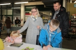 """Najmłodsi uczestnicy """"Kiermaszu"""" mogli popróbować swoich sił w konkursie plastycznym z atrakcyjnymi nagrodami na stoisku Urzędu Marszałkowskiego, które prowadzili pracownicy Departamentu Rolnictwa i Środowiska"""