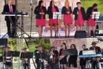 """Niedzielny repertuar muzyczny zapewniły: zespół wokalno-instrumentalny """"Fantazja"""" z Księżomierzy (u góry), a także Kapela Ludowa z Gorzkowa działająca przy tamtejszym Centrum Społeczno-Kulturalnym"""