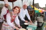 Katarzyna Bryda, wójt Krzczonowa i wicemarszałek Grzegorz Kapusta gotowali barszcz biały (fot. Tomasz Makowski/UMWL)