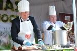 Grzegorz Kapusta, wicemarszałek województwa lubelskiego, przygotowuje tradycyjny barszcz wielkanocny