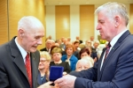 Marszałek wręcza wyróżnienia z okazji 100. rocznicy odzyskania przez Polskę Niepodległości
