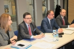 Z przedstawicielami ZZO w lubelskiej siedzibie urzędu marszałkowskiego spotkał się wicemarszałek Grzegorz Kapusta (drugi z prawej) oraz dyrekcja DRiŚ – Sławomir Struski (drugi z lewej), Katarzyna Kremeś, a także DWEFRR – Marcin Czyżak (fot. Tomasz Makowski/UMWL)