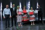 Wicemarszałkowie ze zwycięzcami konkursu na najlepszy wypiek regionalny