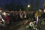 """Zgromadzeni goście oddają hołd poległym podczas Operacji Market Garden żołnierzom pod pomnikiem """"Powstań Polska"""" na Placu Polskim w Driel"""