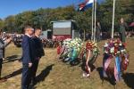Przewodniczący Sejmiku Michał Mulawa oraz radny Michał Piotrowicz składają wieniec podczas uroczystości na wrzosowiskach Ginkelse Heide w Ede