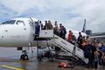 Pasażerowie wsiadający na pokład samolotu
