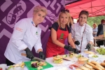 Burgery z cebularzy lubelskich przygotowywały: sekretarz województwa Anna Augustyniak (w środku) oraz reprezentantki Stowarzyszenia Lubelskich Kucharzy Agnieszka Filiks (z lewej) Barbara Fatyga