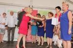 Gratulacje dla pań z KGW w Szopinku za zwycięstwo w kategorii gastronomicznej składa dyrektor Ewa Szałachwiej