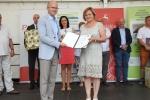 Pierwszą nagrodę w jednej z podkategorii produktowej zdobyła Małgorzata Solis za ser jabłeczny. Dyplom uznania wręcza wicemarszałek Sebastian Trojak