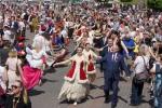 Uczestnicy uroczystości tańczą poloneza na placu Zamkowym