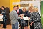 Laureatom gratulowała i nagrody wręczała dyrektor Ewa Szałachwiej. Wszyscy finaliści otrzymali od niej zestawy atrakcyjnych prezentów – plecaki wypełnione upominkami! (© ZSR w Kijanach)