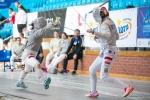 pojedynek szermierzy na hali sportowej w ramach OOM