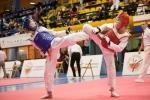 walka taekwondo olimpijskie w ramach OOM - zawodnicy wykonują kopnięcia