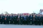 Pamiątkowe zdjęcie uczestników spotkania w Piaskach w trakcie którego wręczono umowy na zakup 43 wozów.