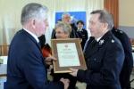 Prezes OSP w Kraśniczynie odbiera od Marszałka pamiątkowy dyplom.