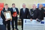 Pamiątkowe zdjęcie marszałka z jednostką OSP z gminy Krzywda.