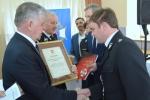 Dyplom z rąk marszałka odbiera Prezes OSP w Wilczopolu.