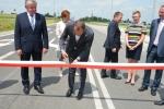 Dyrektor Departamentu Polityki Transportowej i Drogownictwa Michał Zdun przecina wstęgę