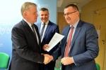 Marszałek Województwa Lubelskiego przekazuje umowę burmistrzowi Piask Michałowi Cholewie.