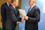 Marszałek Województwa Lubelskiego przekazuje umowę wójtowi gminy Biłgoraj Wiesławowi Różyńskiemu.