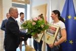 Marszałek Sławomir Sosnowski wręcza kwiaty
