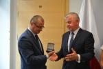 Marszałek Sławomir Sosnowski wręcza medal