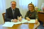 Podpisanie umowy przez wicemarszałka Grzegorza Kapustę z Beatą Siedlecką burmistrzem Dęblina