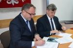 Podpisanie umowy przez wicemarszałka Grzegorza Kapustę ze starostą ryckim Stanisławem Jagiełło