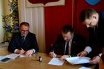 Podpisanie umowy przez wicemarszałka Grzegorza Kapustę z wójtem gminy Baranów Robertem Gagosiem
