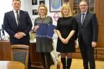 Podpisanie umowy przez wicemarszałka Grzegorza Kapustę z Beatą Siedlecką burmistrzem Dęblina. W podpisaniu udział wzięli także pracownicy UMWL.