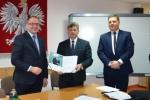 Pamiątkowe zdjęcie wicemarszałka Grzegorza Kapusty ze starostą ryckim Stanisławem Jagiełło oraz zastępcą dyrektora deparatamentu WEFRR UMWL Marcinem Protasem