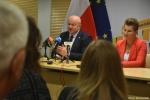 przy stole siedzą od lewej Marszałek Jarosław Stawiarski i zastępca dyrektora ROPS Marta Drozd