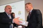 Członek Zarządu Arkadiusz Bratkowski wręcza nagrodę Ryszardowi Golewskiemu (fot. Tomasz Makowski/UMWL)