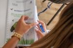 Jedna z uczestniczek przegląda materiały konferencyjne.