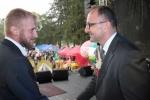 Jeden z producentów ziół odbiera gratulacje i dyplom okolicznościowy z rąk wicemarszałka Kapusty