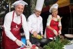 Podczas pokazu gotowania na scenie. Od lewej: wicemarszałek Grzegorz Kapusta, mistrz kuchni Jacek Jakubczak, wójt Rybczewic Elżbieta Masicz