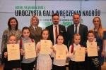 Zwyciężczyni młodszej grupy wiekowej, Olga Krawczyk (trzecia z prawej) wraz z reprezentacją swojej szkoły w Piaskach na pamiątkowym zdjęciu z organizatorami konkursu na czele z wicemarszałkiem Grzegorzem Kapustą (z prawej) (fot. Tomasz Makowski/UMWL)