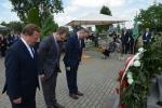 Kwiaty pod pomnikiem złożyli europoseł Krzysztof Hetman, poseł Jan Łopata oraz dyrektor biura Daniel Słowik