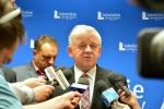 Marszałek wypowiada się na konferencji prasowej