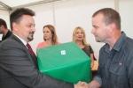 """Nagrodę dla hotelu """"Montis&Spa"""" wręczył dyr. Sławomir Struski (fot. Tomasz Makowski/UMWL)"""